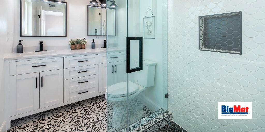 Cuarto de baño con mobiliario de baño y plato de ducha