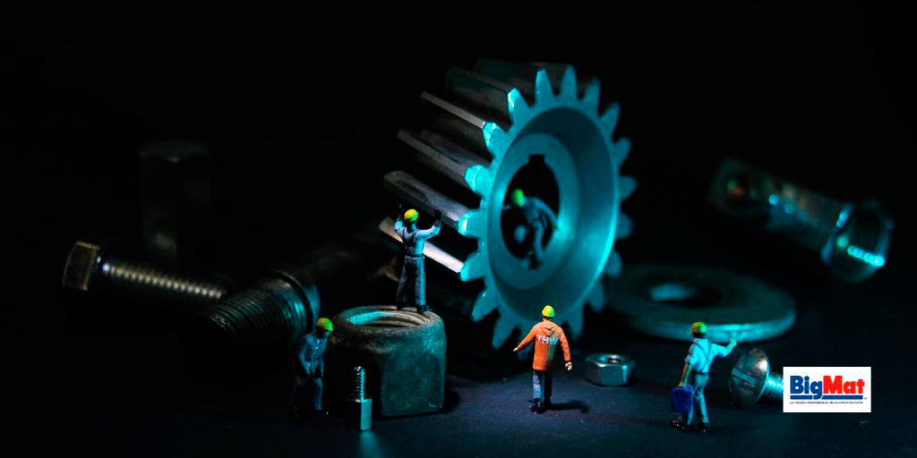 tecnicos manteniendo las herramientas en buen estado